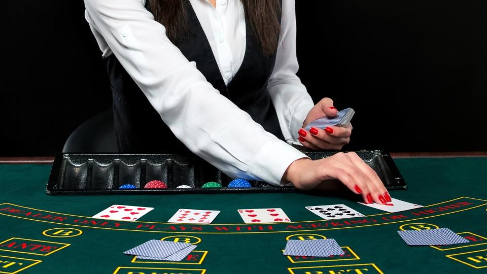 Крупье в live-казино: как устроены игры с живым дилером